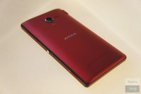Le smartphone Xperia ZL de Sony se pare d'une robe rouge