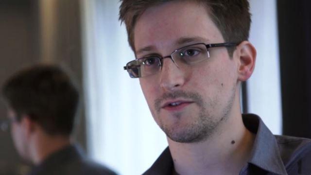 Edward Snowden planche sur une coque d'iPhone anti-NSA