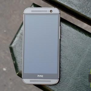 HTC One (M8) : pourquoi une bande noire sous l'écran du HTC One (M8) ?