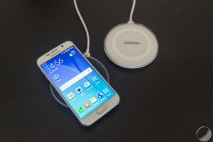 Samsung Galaxy S6 : charge filaire vs induction, le match