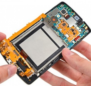 Nexus 5 : il a rajouté un slot microSD directement sous la coque