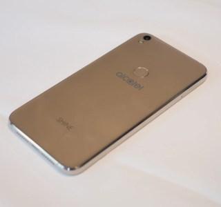 Prise en main du Alcatel Shine Lite, un design réussi et abordable