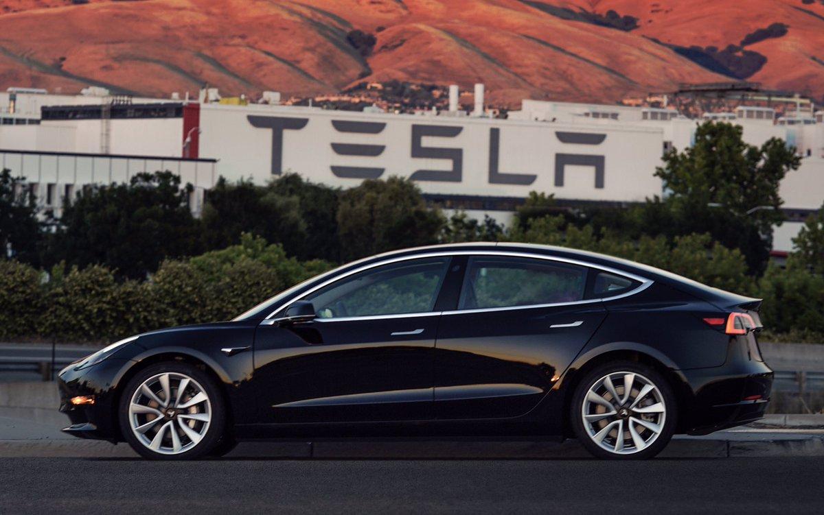 Elon Musk frime avec la première Tesla Model 3 flambant neuve
