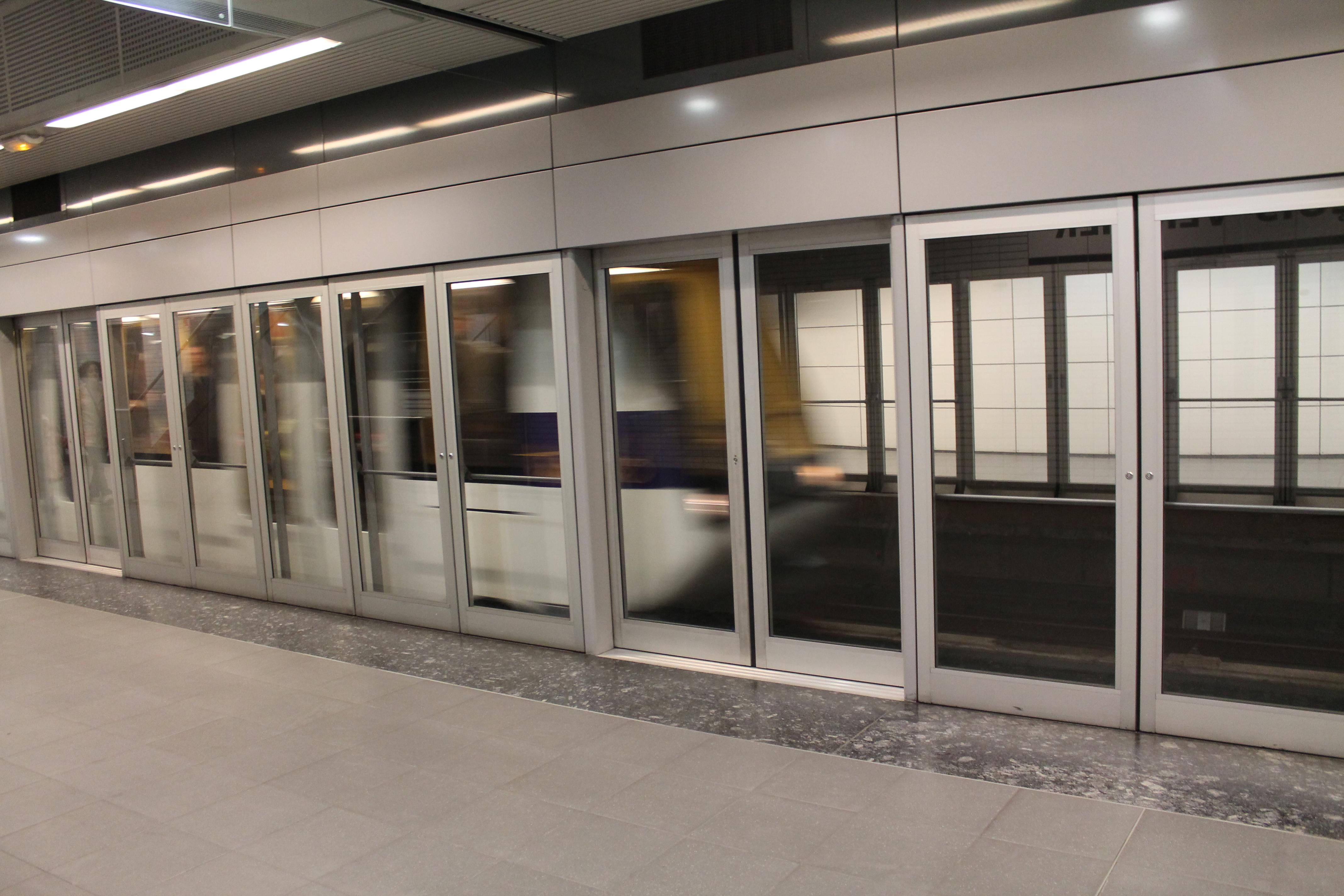 Dans le métro, ces écrans de publicités traquent vos smartphones