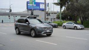 Une voiture autonome d'Uber percute mortellement une femme, la révolution attendra