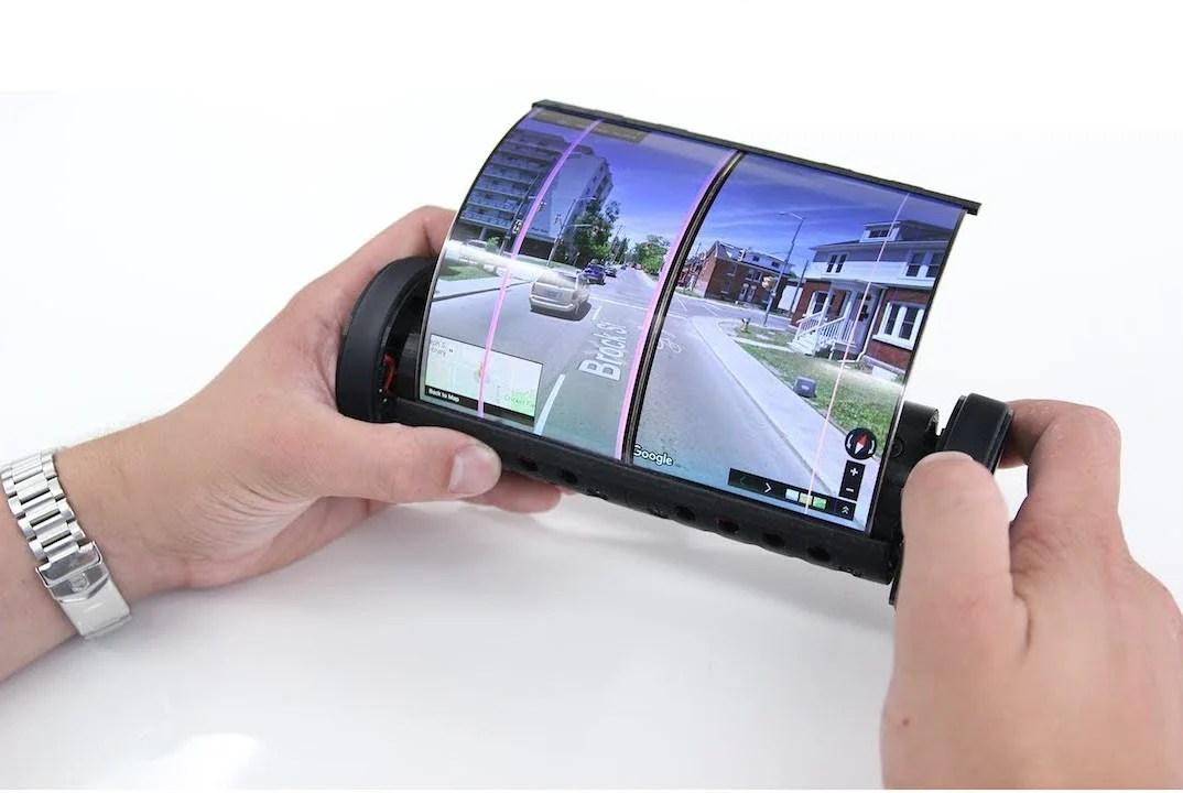 Cette tablette parchemin a un écran qui s'enroule sur lui-même et des roues pour scroller