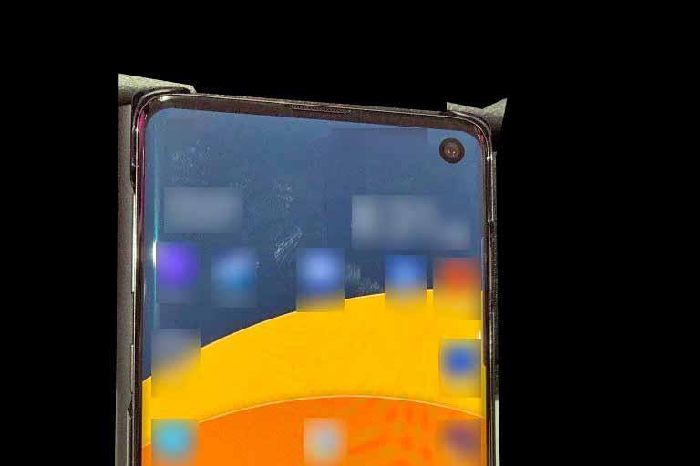 Samsung Galaxy S10 : une première photo volée montre son écran percé