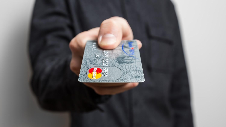 Poser votre carte bleue sur un smartphone, la nouvelle idée de Samsung pour payer vos courses