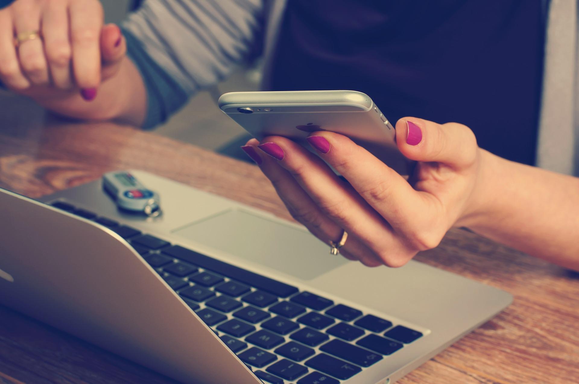 Budget réduit : que choisir entre un forfait mobile 4G et un abonnement Internet fixe ADSL ?