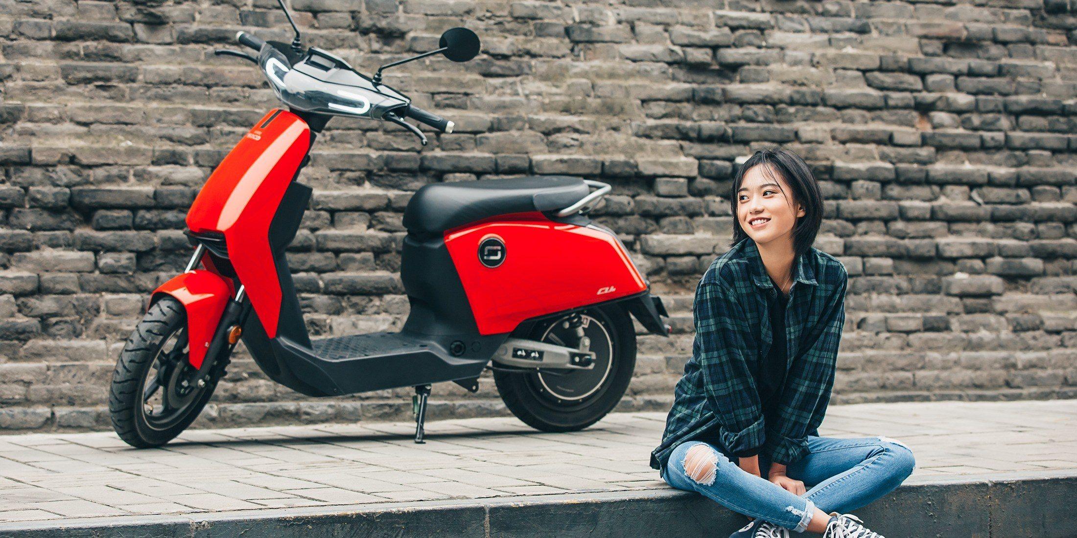 Ducati se lance dans le grand bain de l'électrique avec un scooter au design simple mais efficace