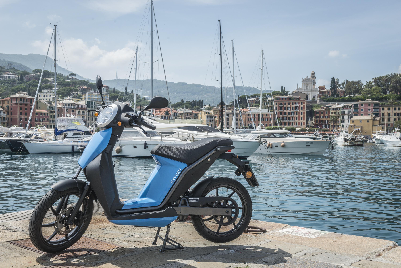Quadro muscle son offre électrique avec deux scooters urbains aux lignes très classiques