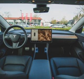 Tesla : la caméra intérieure pourrait mesurer votre niveau d'attention sur la route