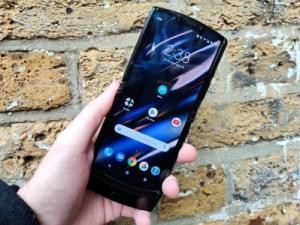 Prise en main du Motorola RAZR : quand le smartphone se plie en deux pour notre plaisir