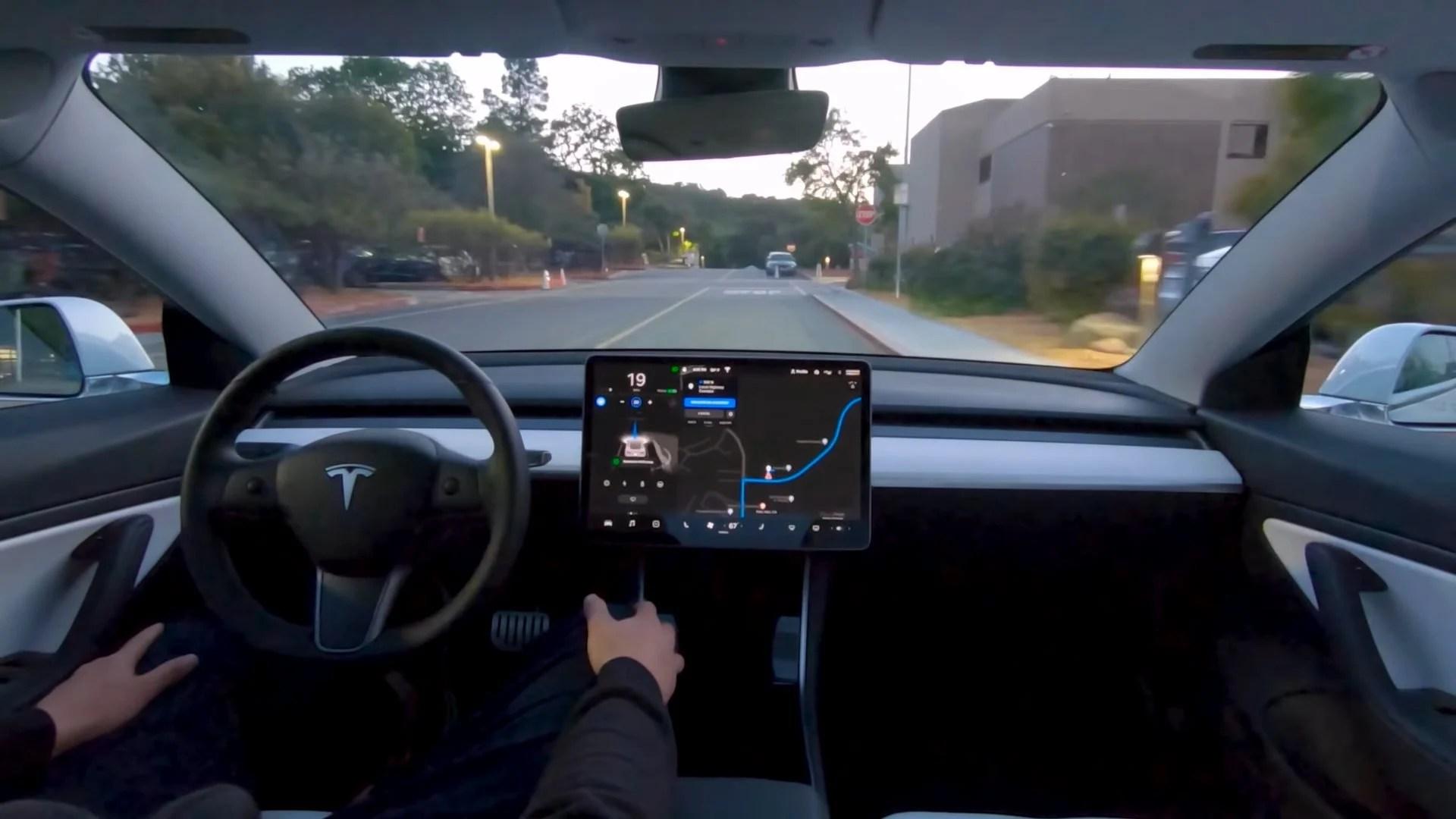 Tesla déploie son Autopilot 100 % autonome en bêta avec « lenteur et prudence »