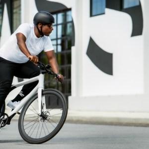L'Eeyo1s arrive en France: ce vélo électrique de 12kg peut recevoir des mises à jour à distance