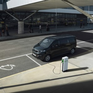Peugeot révèle son e-Traveller, un fourgon électrique de 9 places pour particuliers et professionnels
