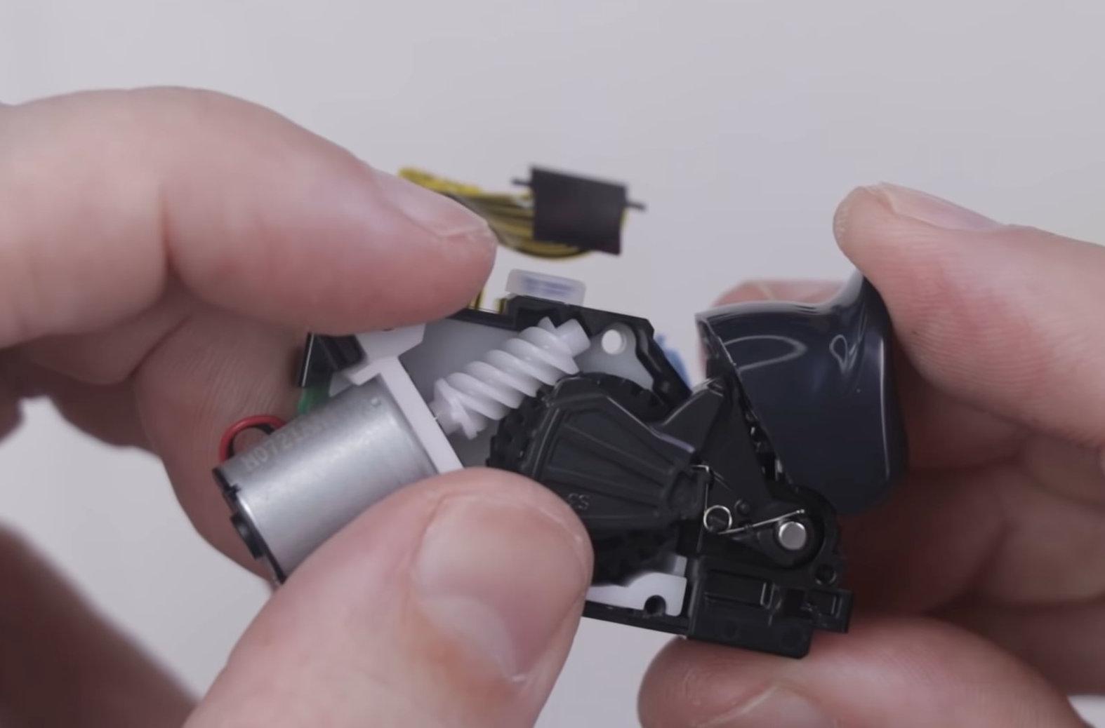 PS5 : un démontage montre comment fonctionnent les gâchettes de la DualSense