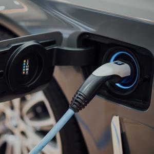 Recharge des véhicules électriques : le bilan accablant de la Cour des comptes