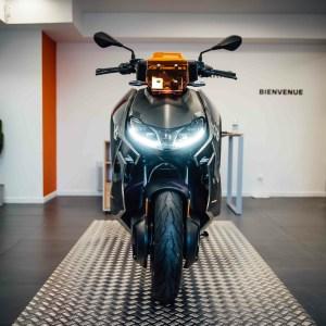BMWCE-04: découvrez nos photos du scooter électrique aux côtés d'un concept «unique au monde»
