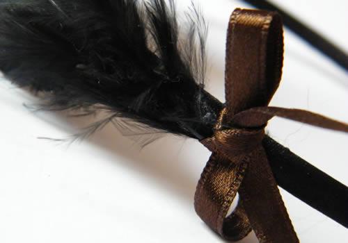 Tuto cheveux : un serre-tête à plumes