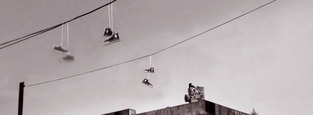 Pourquoi y a-t-il des chaussures suspendues aux lignes électriques ?