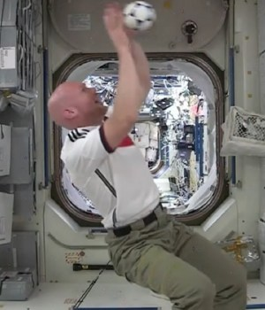 astronautes-jouent-foot-espace-iss