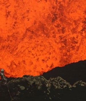 homme-plonge-volcan-eruption