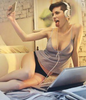 Femme - selfie - nude - smartphone