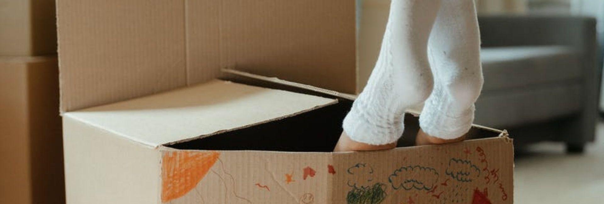 enfant-carton-pieds