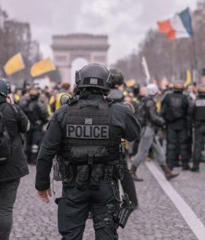 Un policier en uniforme lors d'une manifestation à Paris (photo prétexte issue d'une banque d'image)