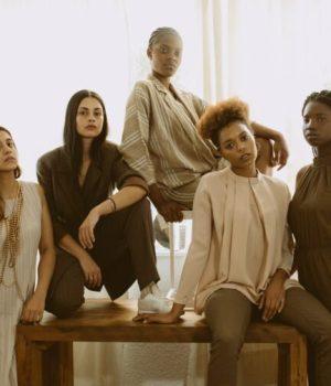Un groupe de femmes reunies autour d'un banc en bois (photo prétexte de banque d'image)