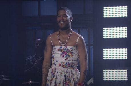 Kid Cudi en robe à fleurs signée Off-White sur le plateau du Saturday Night Live, le 10 avril 2021Kid Cudi en robe à fleurs signée Off-White sur le plateau du Saturday Night Live, le 10 avril 2021