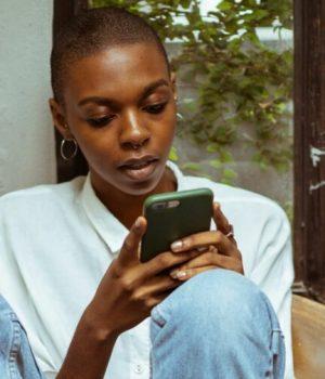 Un fille en train de tchater avec un sage-femme sur son téléphone via les Pipelettes