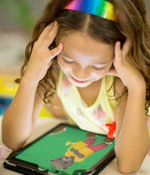 Enfant regardant une vidéo de petit ours brun