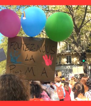 manifestante a la marche lesbienne de Paris le 25 avril 2021