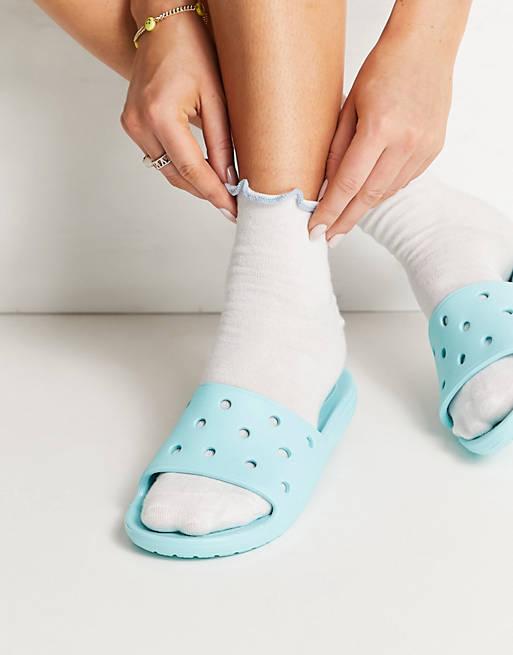 Claquettes bleu ciel, Crocs, 23,99€.
