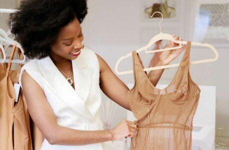 Adetola Kunle-Hassan, la fondatrice de la marque de lingerie nude pour toutes les carnations Nubian Skin, présente un modèle de body