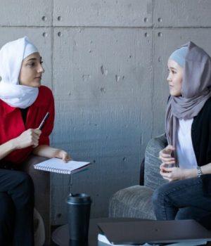 Deux femmes qui portent le foulard en train de travailler