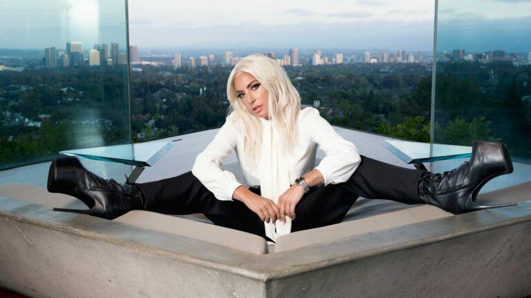 Lady Gaga pose pour la marque Tudor Watch dont elle est ambassadrice, en portant notamment des bottines-échasses