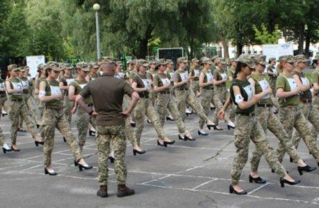 Des militaires ukrainiennes qui s'entraînent à parader en talons