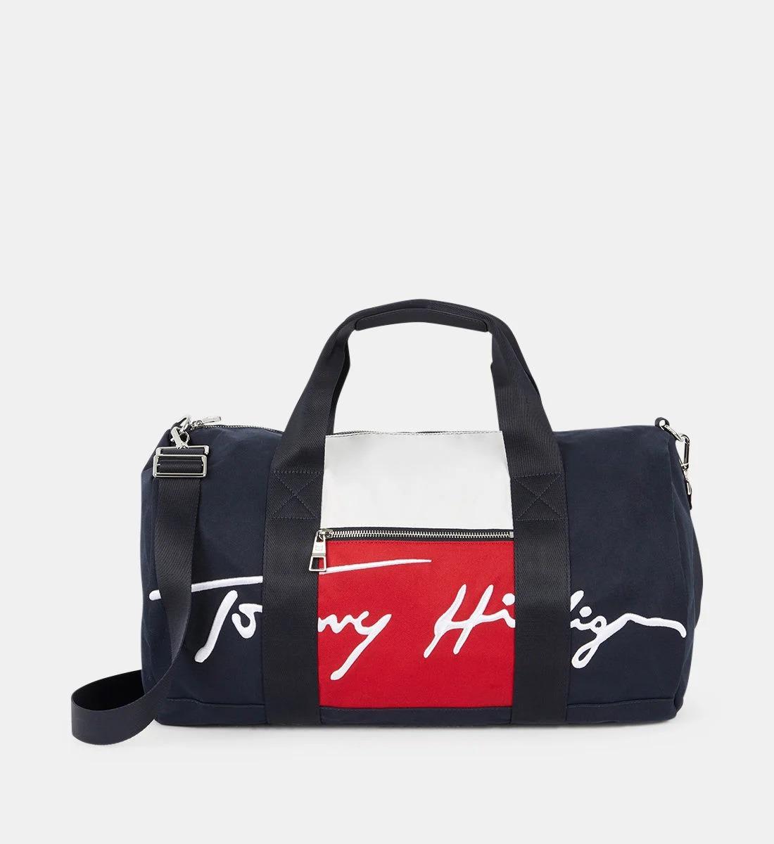 Sac de voyage format bowling à gros logo, en polyester recyclé, Tommy Hilfiger, 84,50€ au lieu de 169€.