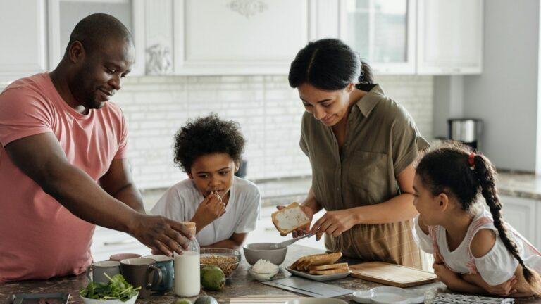 2 parents et leurs 2 enfants dans une cuisine