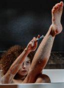 femme-rase-jambes