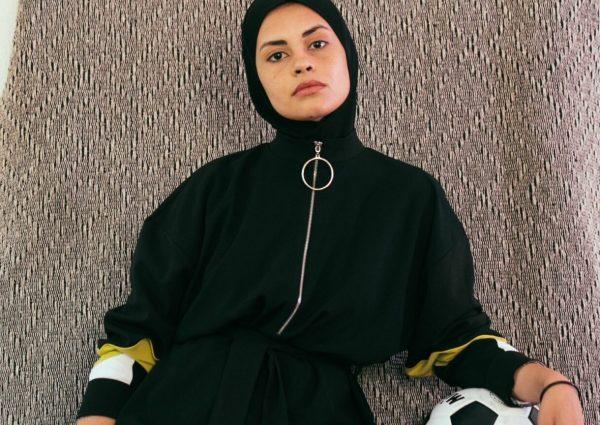 femme portant un hijab de sport avec un ballon de foot