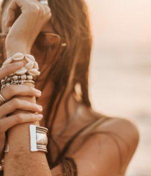 Une femme portant de multiples bijoux autour de son poignet