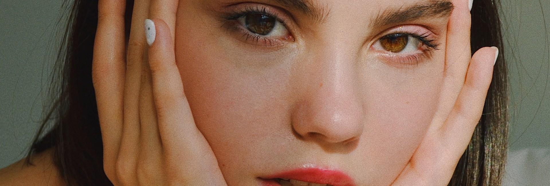 pourquoi-certains-cosmetiques-boulochent-sur-la-peau
