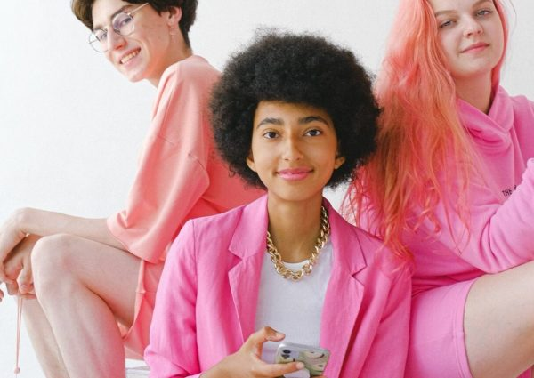 Trois jeunes habillées en rose