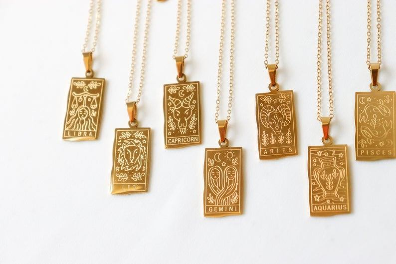 5 bijoux en forme de signe astro pour adopter la tendance déjà portée par Rihanna et Meghan Markle