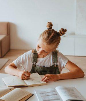 enfant-devoirs-smol