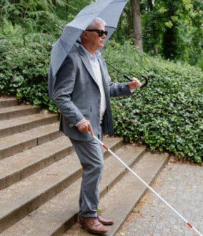 Personne-aveugle-descend-escaliers
